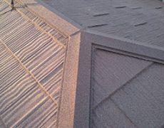 石粒付ガルバリウム鋼板で葺かれた屋根。同質役物を使い棟を施工している