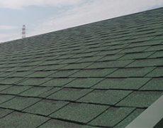 アスファルトシングル(オーックリッジ)を使用して葺かれた屋根