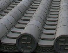 本葺き瓦調チタン製材料で施工された屋根