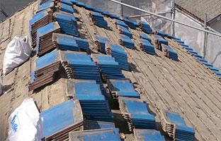 葺き替え工事の和瓦撤去作業