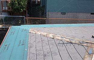 重ね葺き工事のルーフィング施工中