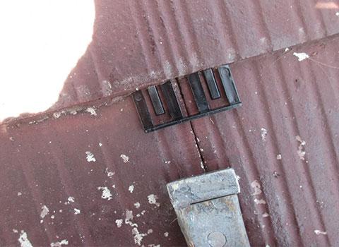 屋根材にタスペーサーを取付