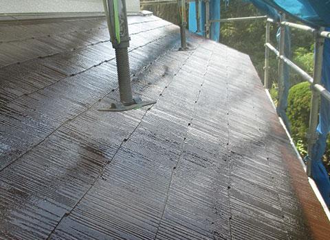 足場を浮かせ屋根の塗装を行った