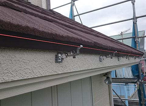 雨樋の金具を水糸を用い取付します