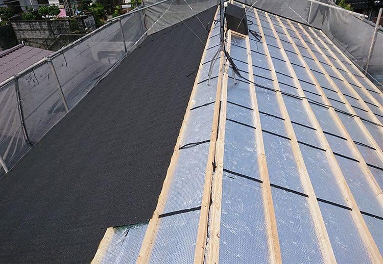 屋根材の施工中(ClassicTile